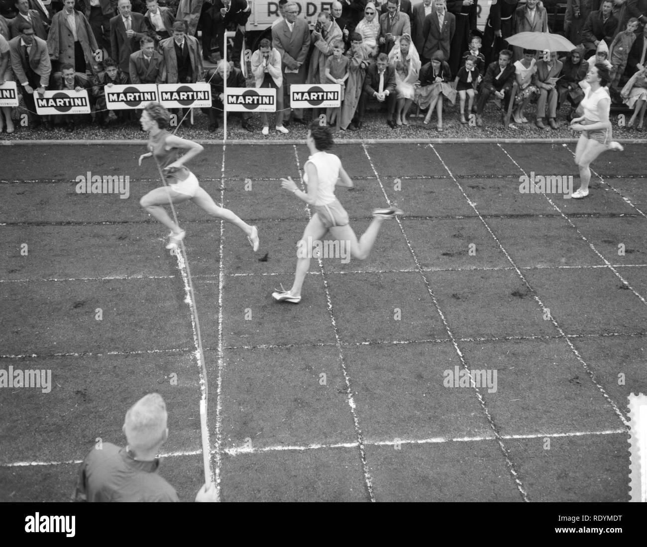 Athletiekwedstrijden dames Nederland tegen Italie te Maastricht, finish 100m mej, Bestanddeelnr 910-4583. - Stock Image