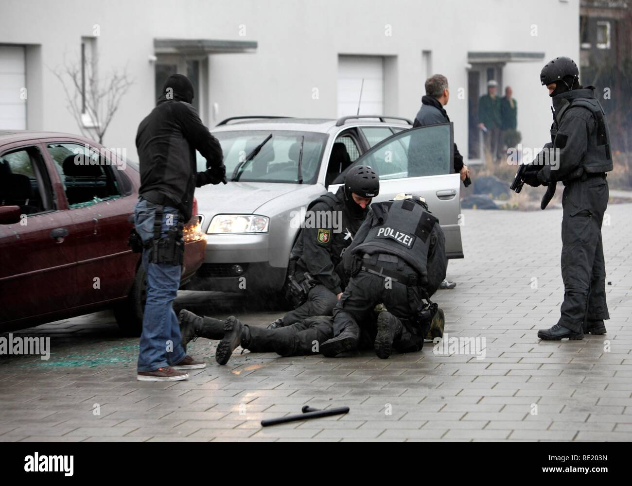 Police special task forces, SEC, during a practical rehearsal, capturing 2 perpetrators in a car, Duesseldorf Stock Photo