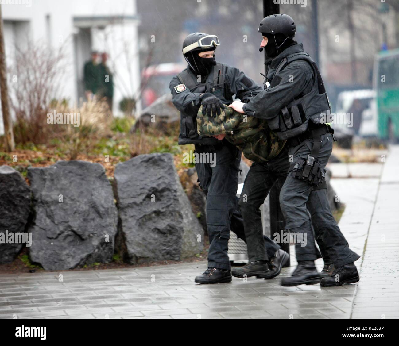 Police special task forces, SEC, during a practical rehearsal, capturing 2 perpetrators in a car, Duesseldorf - Stock Image