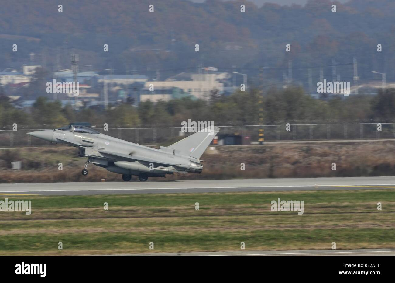 A Royal Air Force Eurofighter Typhoon FRG4, U.S. Air Force F-16 Fighting Falcon, and a Republic of Korea air force F-16 and F-15K Slam Eagle fly in formation during Invincible Shield on Osan Air Base, Republic of Korea, Nov. 8, 2016. The intent of Invincible Shield is to bolster the interoperability between the RoK, the U.S. and United Kingdom while improving combat capability in the Pacific region. - Stock Image