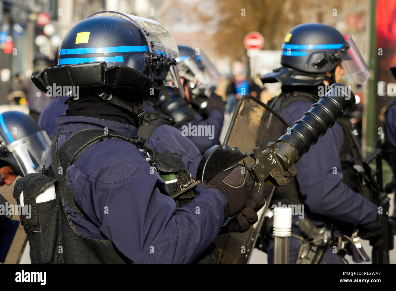 Lyon, France, January 19th 2019: Riot police officers handle  LBD40 less lethal gun (also called Flashball)  to push back Yellow jackets as they take part to the 10th day of protest against french goverment reform projetct. in Lyon (Central-Eastern France) on january 19, 2019.  Credit Photo: Serge Mouraret/Alamy Live News - Stock Image
