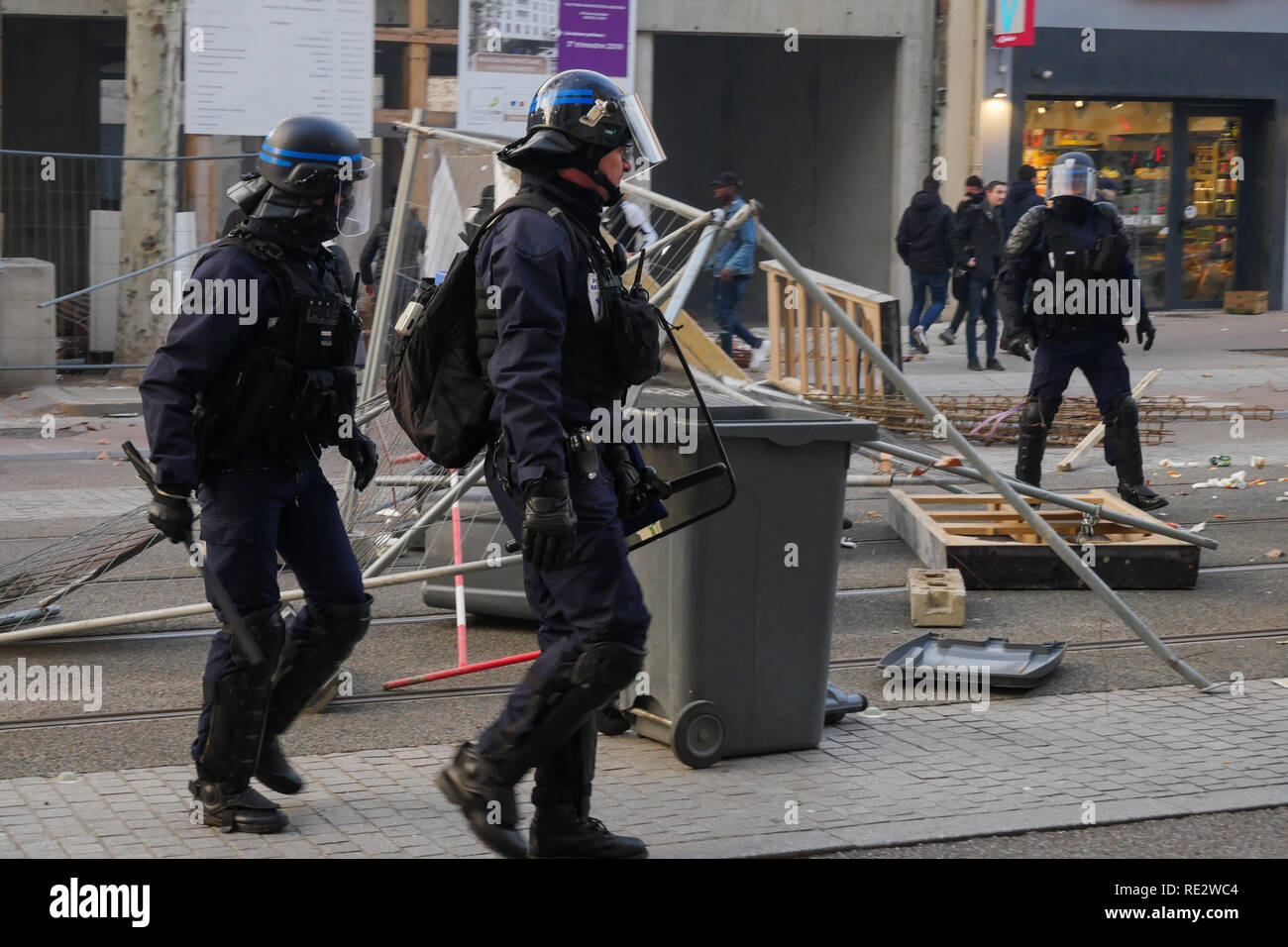 Lyon, France, January 19th 2019: Riot police officers are seen in Lyon (Central-Eastern France) on january 19, 2019 dismantle a barricade as Yellow jackets take the street during the 10th day of protest against french goverment reform projetct. Credit Photo: Serge Mouraret/Alamy Live News - Stock Image