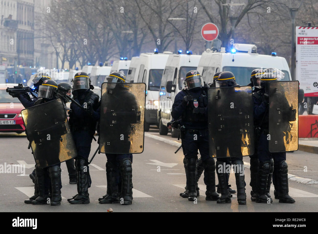 Lyon, France, January 19th 2019: Riot police officers face yellow jackets as they take part to the 10th day of protest against french goverment reform projetct in Lyon (Central-Eastern France) on january 19, 2019. Credit Photo: Serge Mouraret/Alamy Live News - Stock Image
