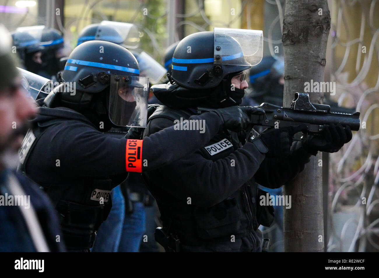 Lyon, France, January 19th 2019: Anti-Criminalty Brigade (BAC) officers use LBD40 less lethal gun (also called Flashball) to push back Yellow jackets yellow jackets as they take part to the 10th day of protest against french goverment reform projetct in Lyon (Central-Eastern France) on january 19, 2019. Credit Photo: Serge Mouraret/Alamy Live News - Stock Image