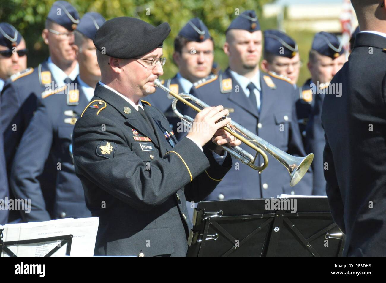 """Spc. Nathaniel Sheppard, assigned to the 1st Armored Division Band, plays """"Der Gute Kamerad"""" during the German National Day of Mourning ceremony at Fort Bliss National Cemetery Nov. 13, 2016. - Stock Image"""