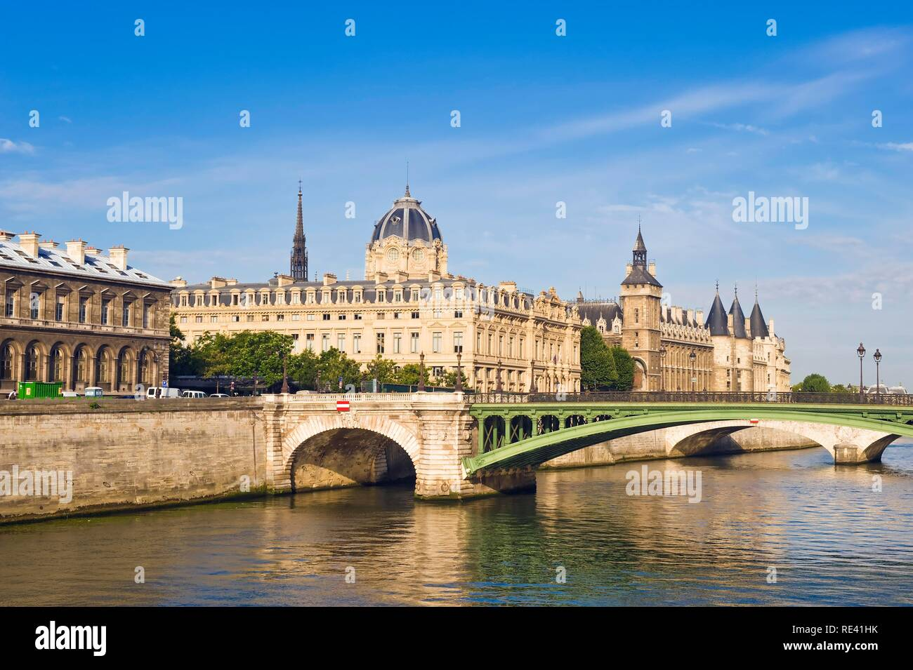 Former Conciergerie jail and the Pont au Change bridge, banks of the Seine, Ile de la Cite, Paris, France, Europe - Stock Image