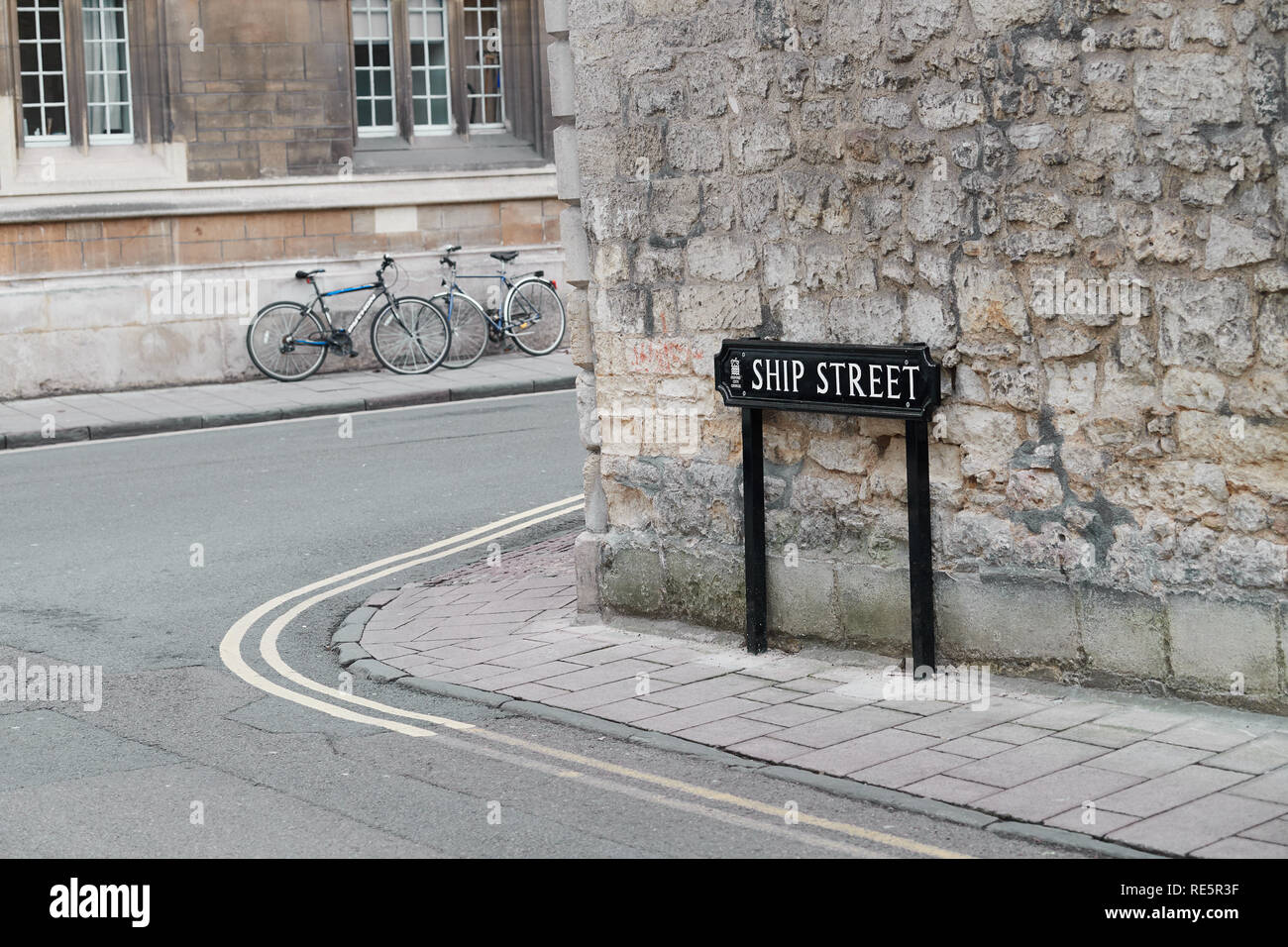 Stone wall of Jesus college, university of Oxford, England, abutting Ship street, with Exeter college in the background. - Stock Image