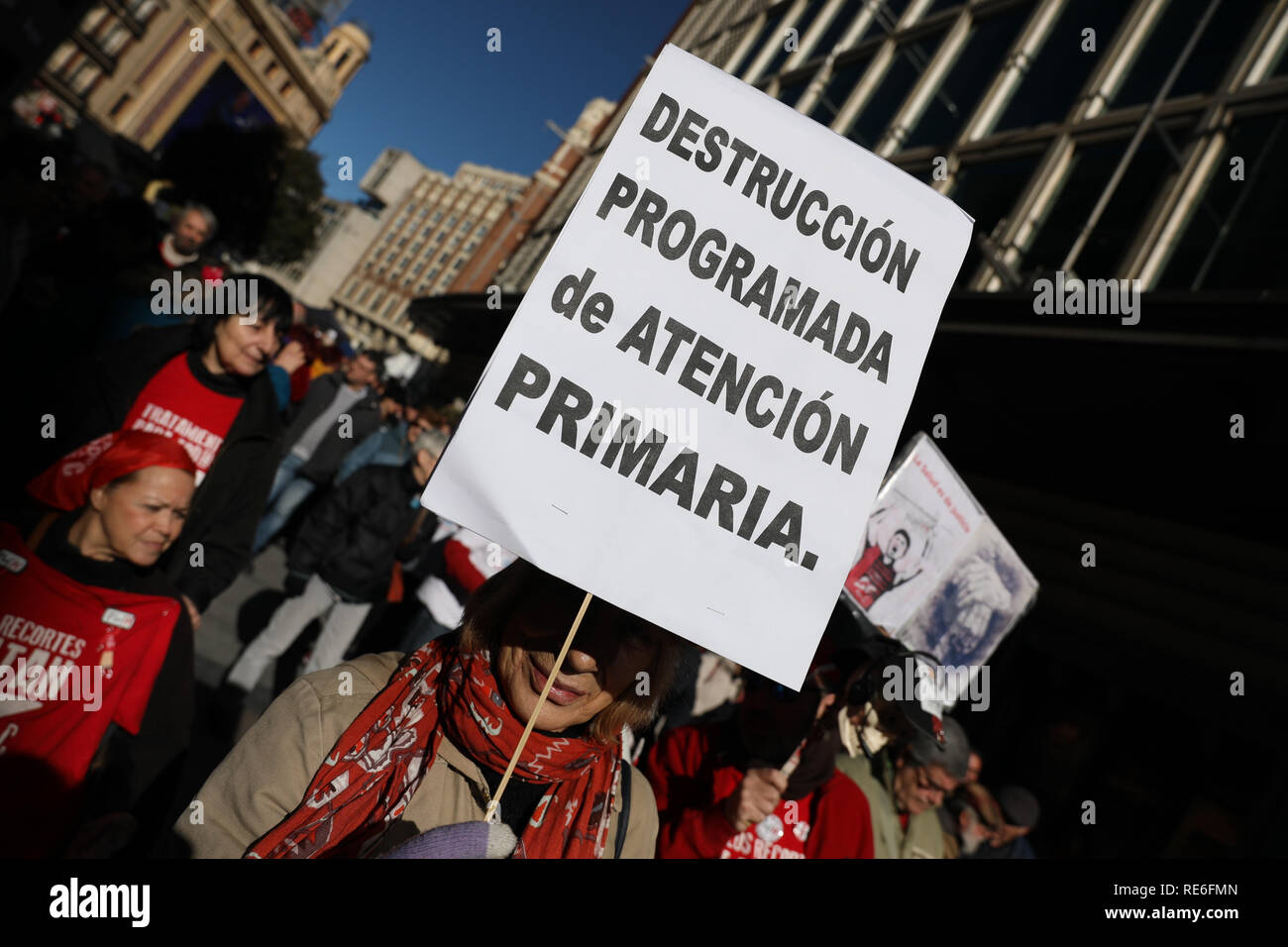 Madrid, Spain. 20th Jan 2019. Banner claiming that current primary care improves. Since 12:00, the Marea Blanca health group has advanced from Callao to Sol, where a manifesto has been read for the improvement of primary health and the end of health cuts has been demanded. Credit: Jesús Hellin/Alamy Live News - Stock Image