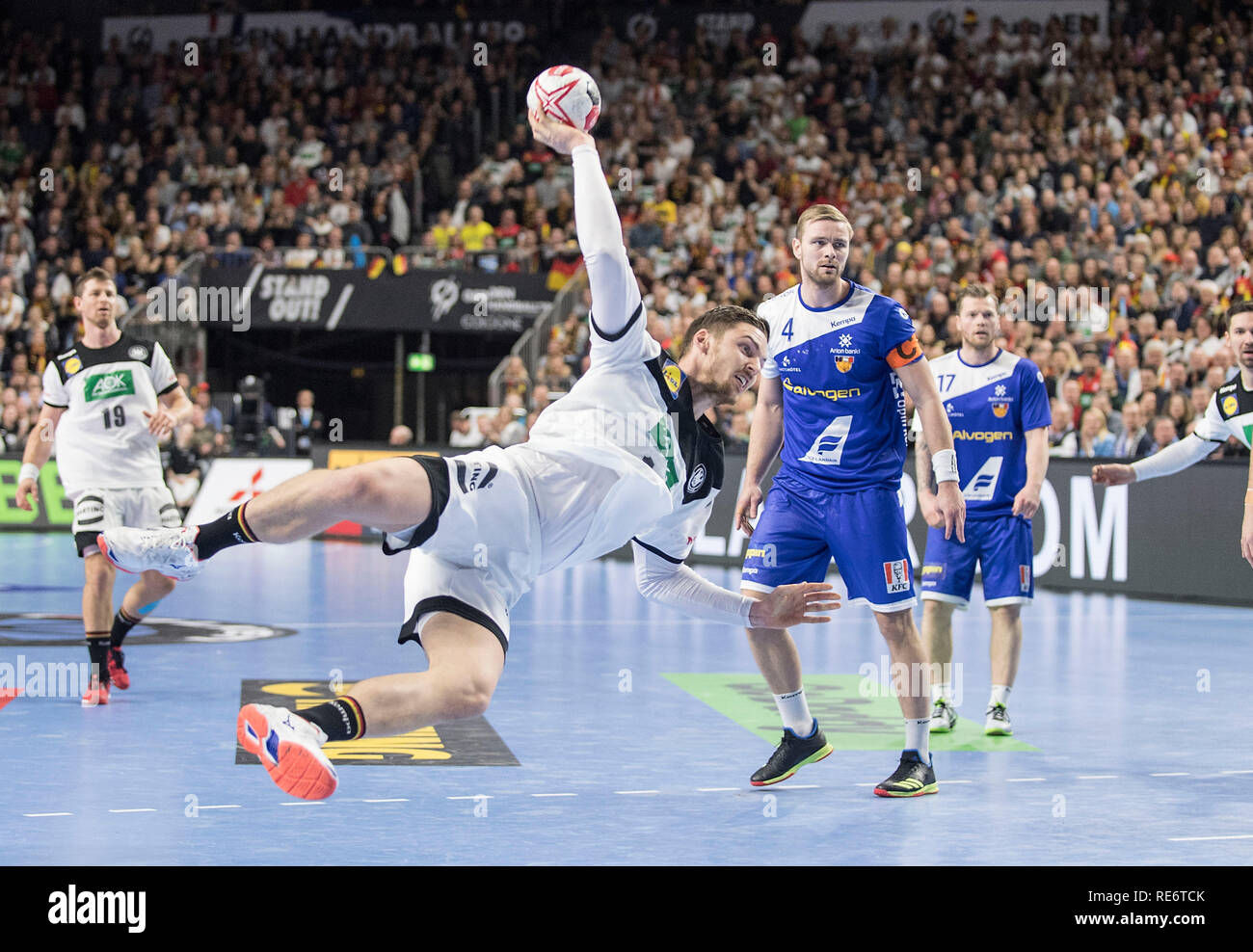 Jump shot Hendrik PEKELER (GER), action, r. Aron PALMARSSON (ISL). Main round Group I, Germany (GER) - Iceland (ISL) 24 - 19, on 01/19/2019 in Koeln/Germany. Handball World Cup 2019, from 10.01. - 27.01.2019 in Germany/Denmark. | usage worldwide Stock Photo