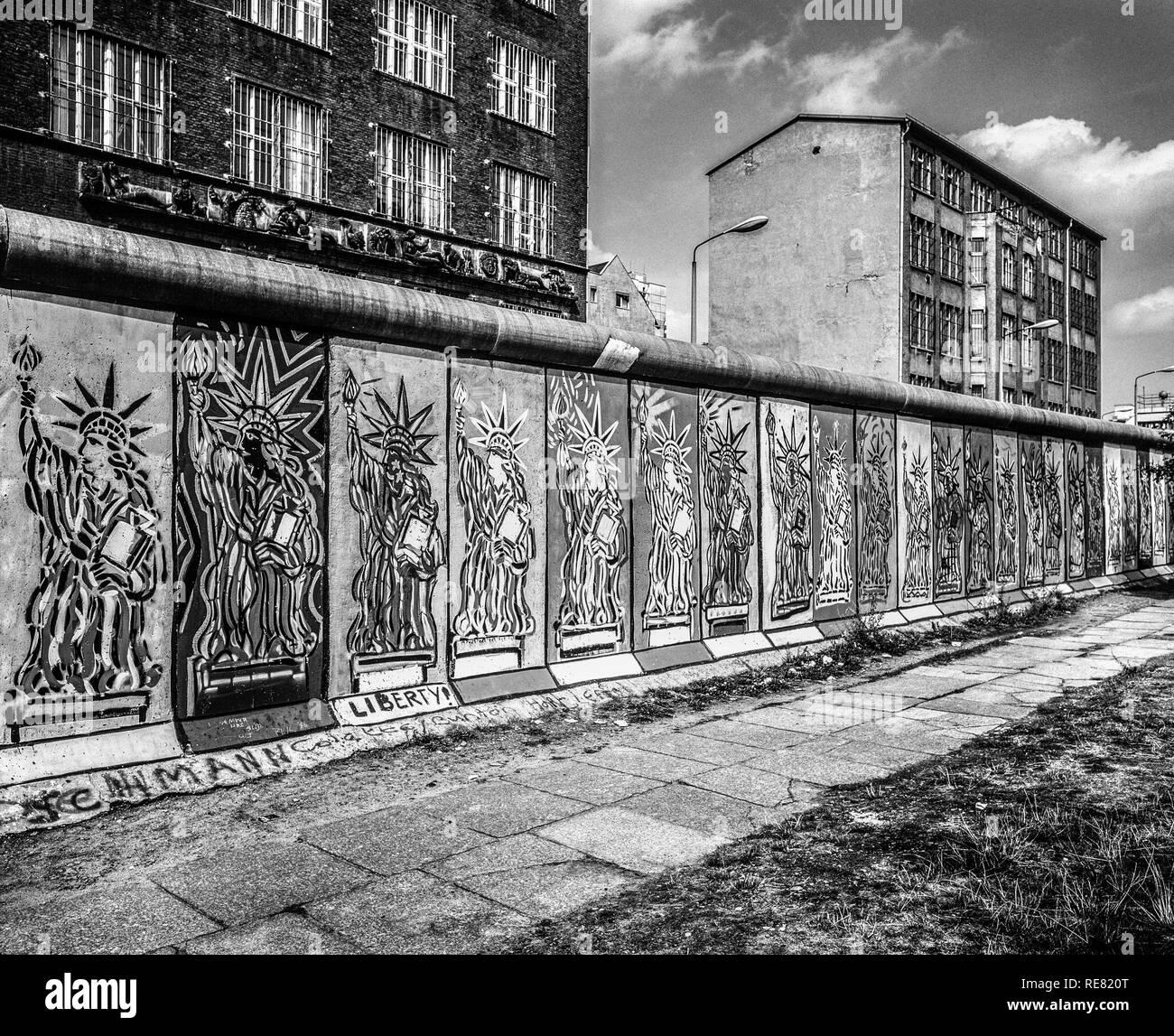 August 1986, Berlin Wall, Statue of Liberty frescos, western side, East Berlin buildings, Zimmerstrasse street, West Berlin side, Germany, Europe, - Stock Image