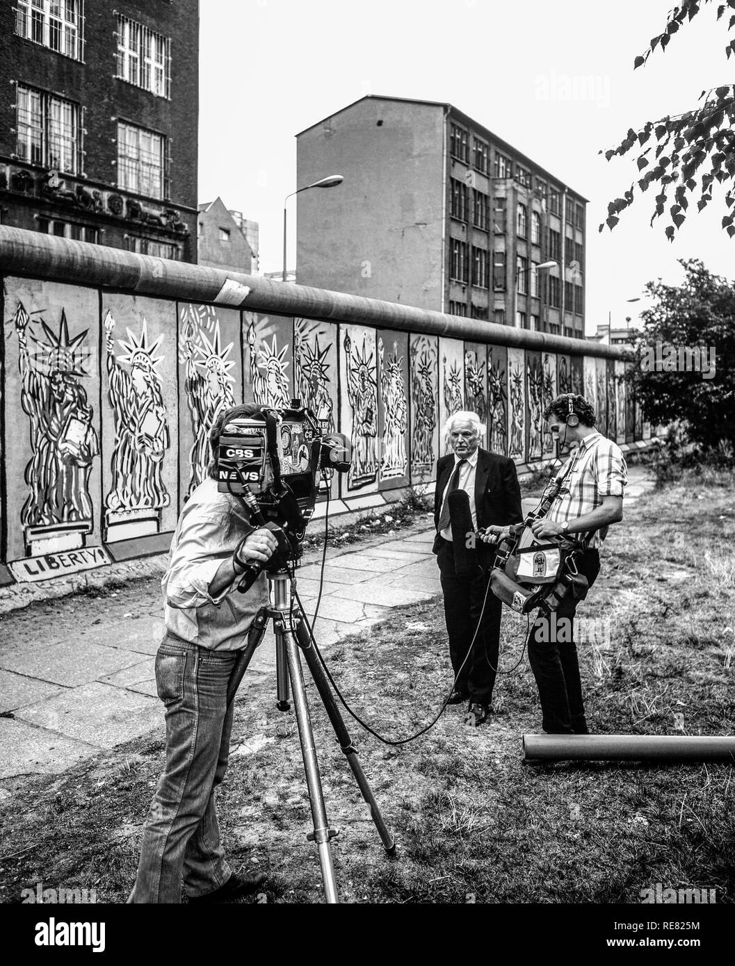 August 1986, CBS TV crew conducting an interview in front of Berlin Wall decorated with Statue of Liberty frescos, West Berlin side, Germany, Europe, Stock Photo