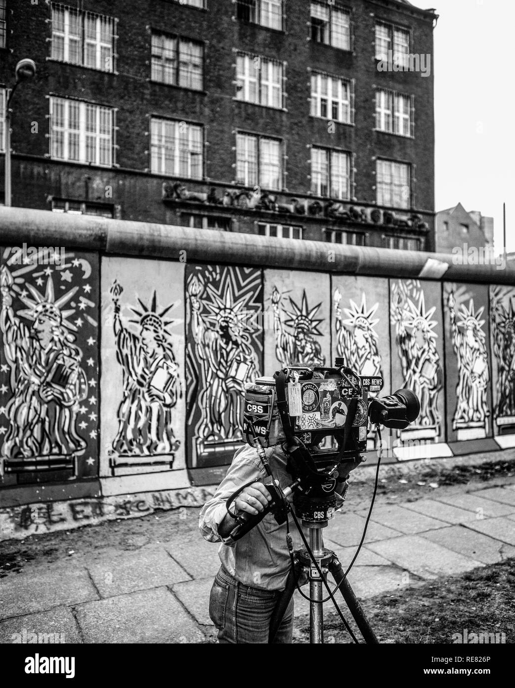 August 1986, CBS television cameraman, Berlin Wall decorated with Statue of Liberty frescos, West Berlin side, Germany, Europe, - Stock Image