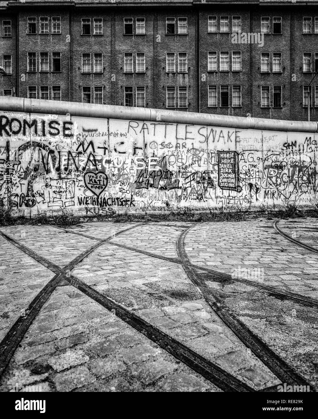 August 1986, Berlin Wall graffitis, tram track ending into wall, East Berlin building, West Berlin side, Germany, Europe, - Stock Image