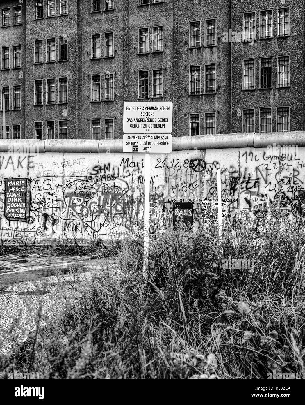 August 1986, Berlin Wall graffitis, warning sign for end of American sector, East Berlin building, West Berlin side, Germany, Europe, - Stock Image