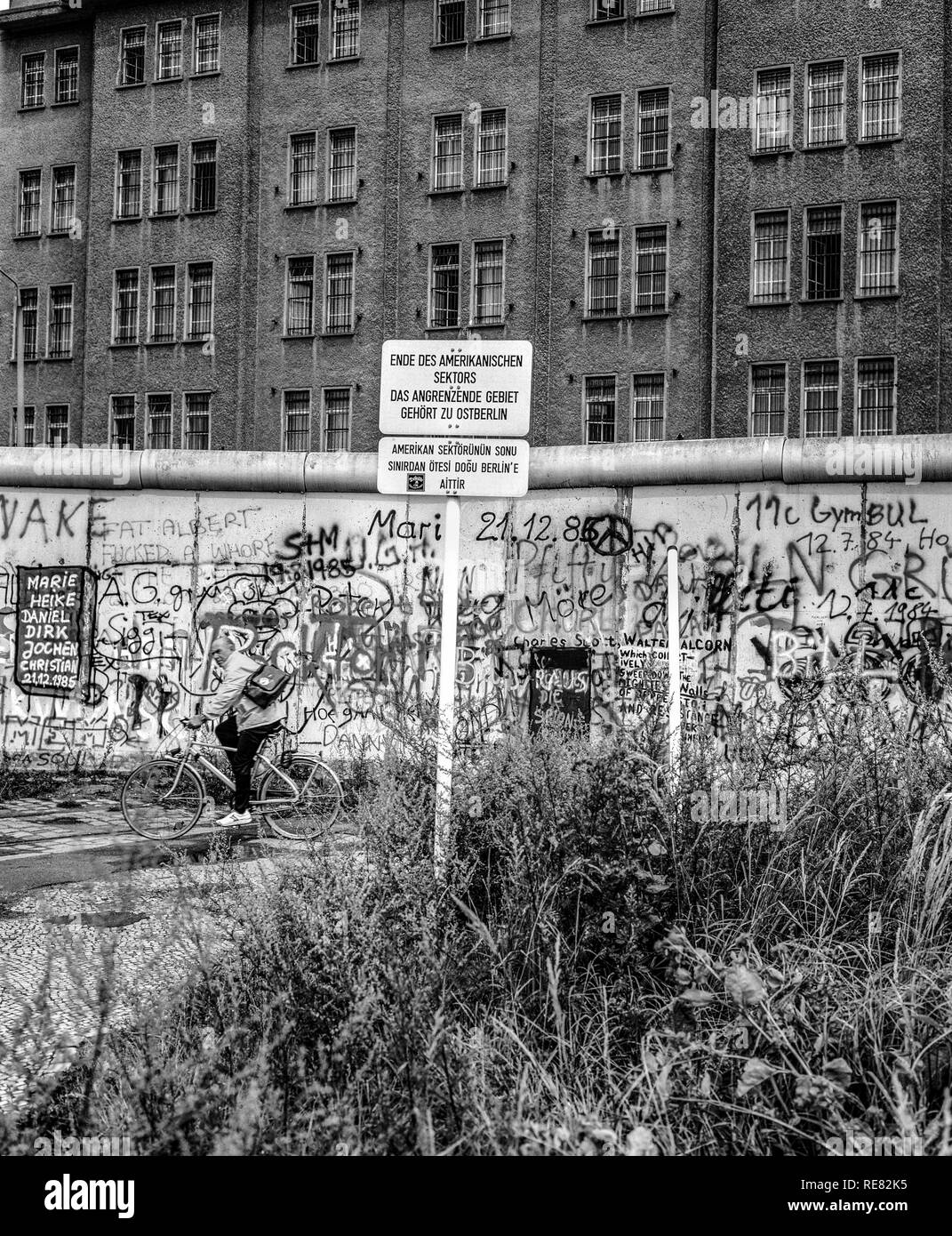 August 1986, Berlin Wall graffitis, warning sign for end of American sector, cyclist, East Berlin building, West Berlin side, Germany, Europe, - Stock Image