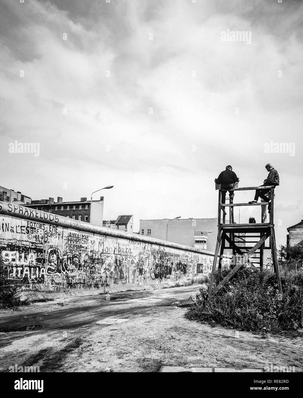 August 1986, Berlin Wall graffitis, people on observation platform looking over the Wall, Zimmerstrasse street, West Berlin side, Germany, Europe, Stock Photo