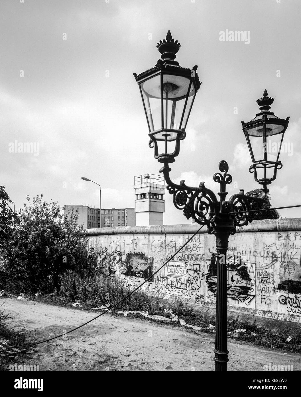 August 1986, Berlin Wall graffitis, street lamp, East Berlin watchtower, Zimmerstrasse street, Kreuzberg, West Berlin side, Germany, Europe, - Stock Image