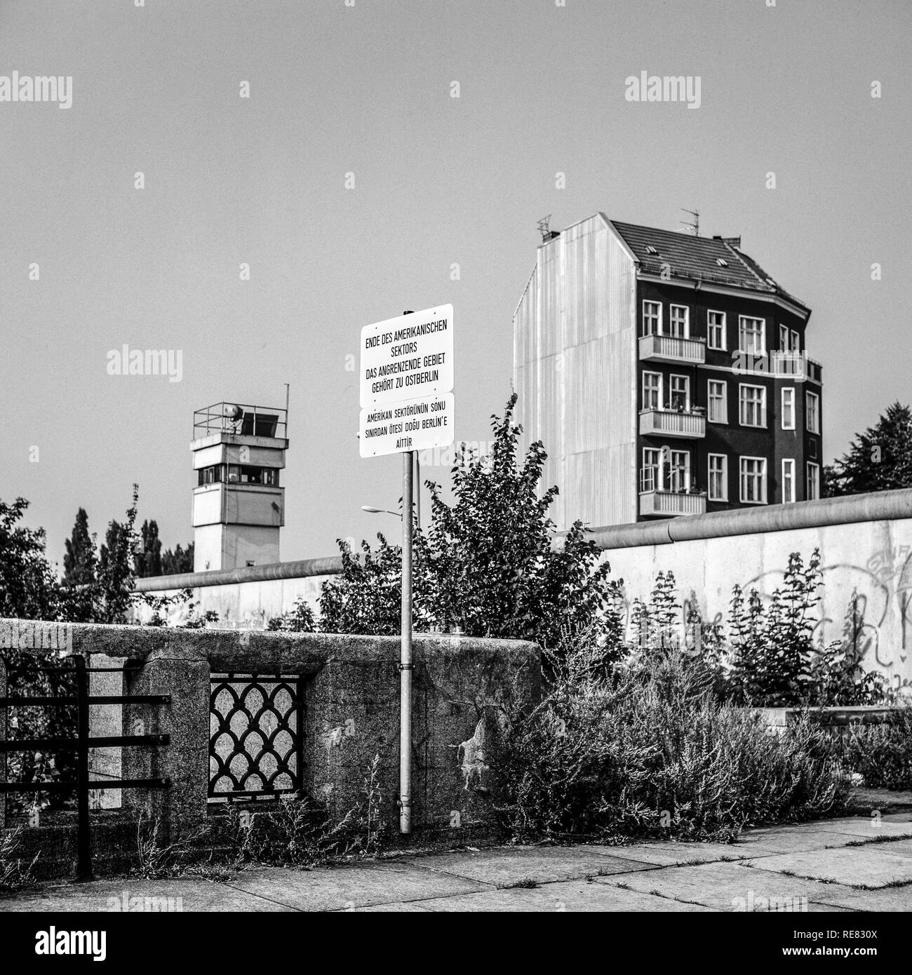 August 1986, Berlin Wall, warning sign for end of American sector, East Berlin watchtower, West Berlin side, Germany, Europe, - Stock Image