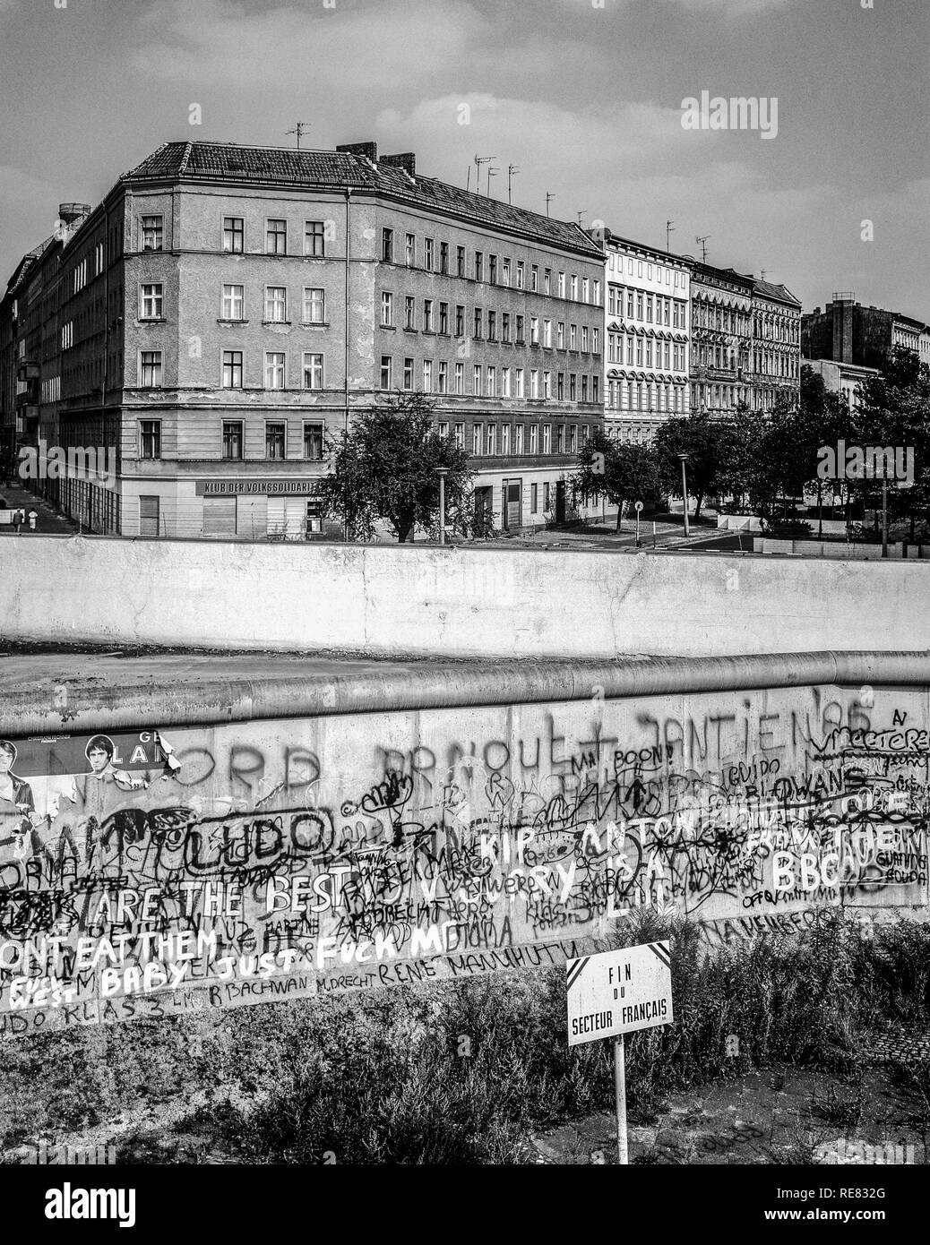 August 1986, Berlin Wall, warning sign for end of French sector, death strip, Bernauer Strasse street, Wedding, West Berlin side , Germany, Europe, - Stock Image