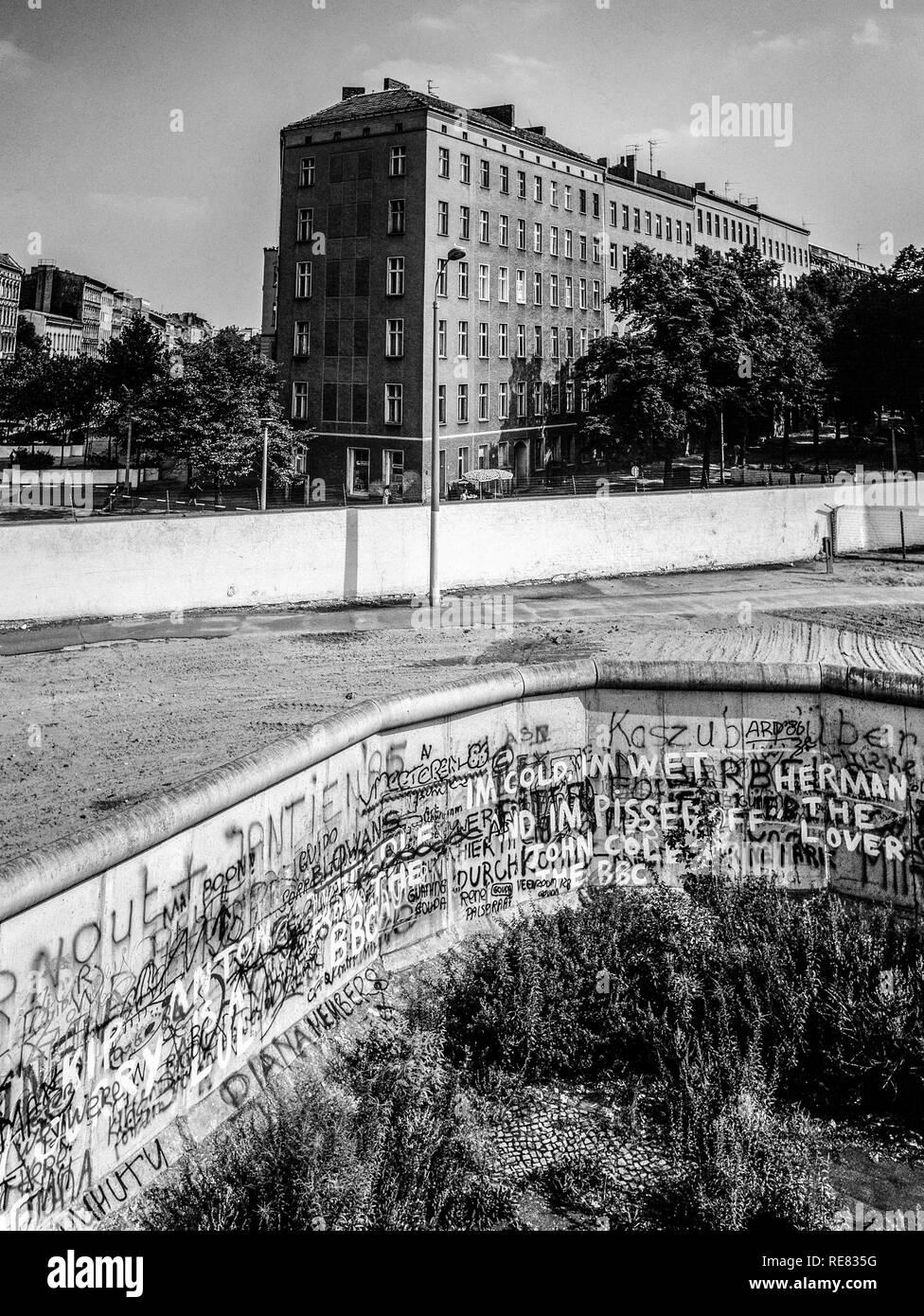 August 1986, Berlin Wall graffitis, death strip, end of Bernauer Strasse street, East Berlin buildings, Wedding, West Berlin side, Germany, Europe, - Stock Image