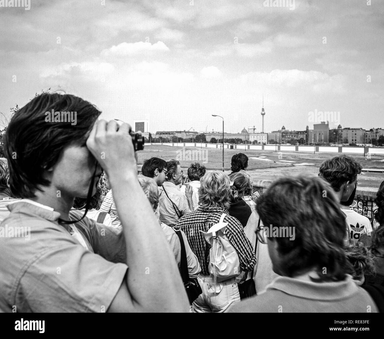 August 1986, Potsdamer Platz square observation platform, people looking over the Berlin wall to Leipziger Platz square, West Berlin, Germany, Europe, - Stock Image