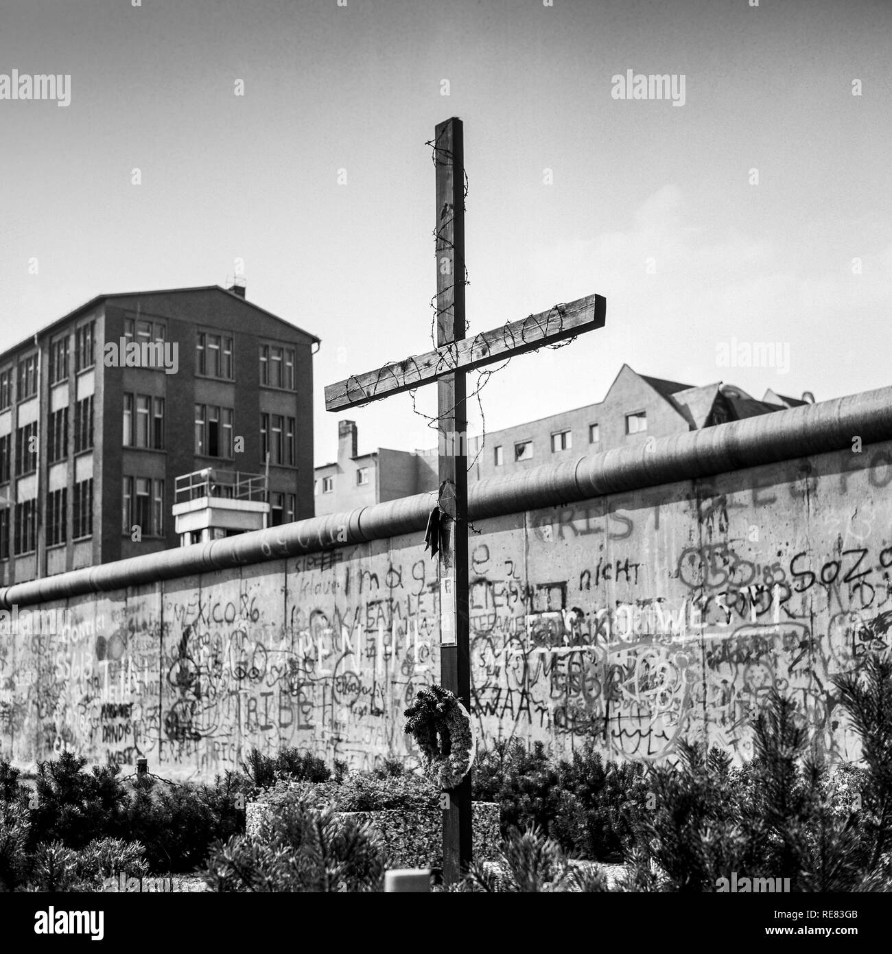 August 1986, Peter Fechter Memorial with cross, graffitis on the Berlin Wall, Zimmerstrasse street, Kreuzberg, West Berlin side, Germany, Europe, - Stock Image