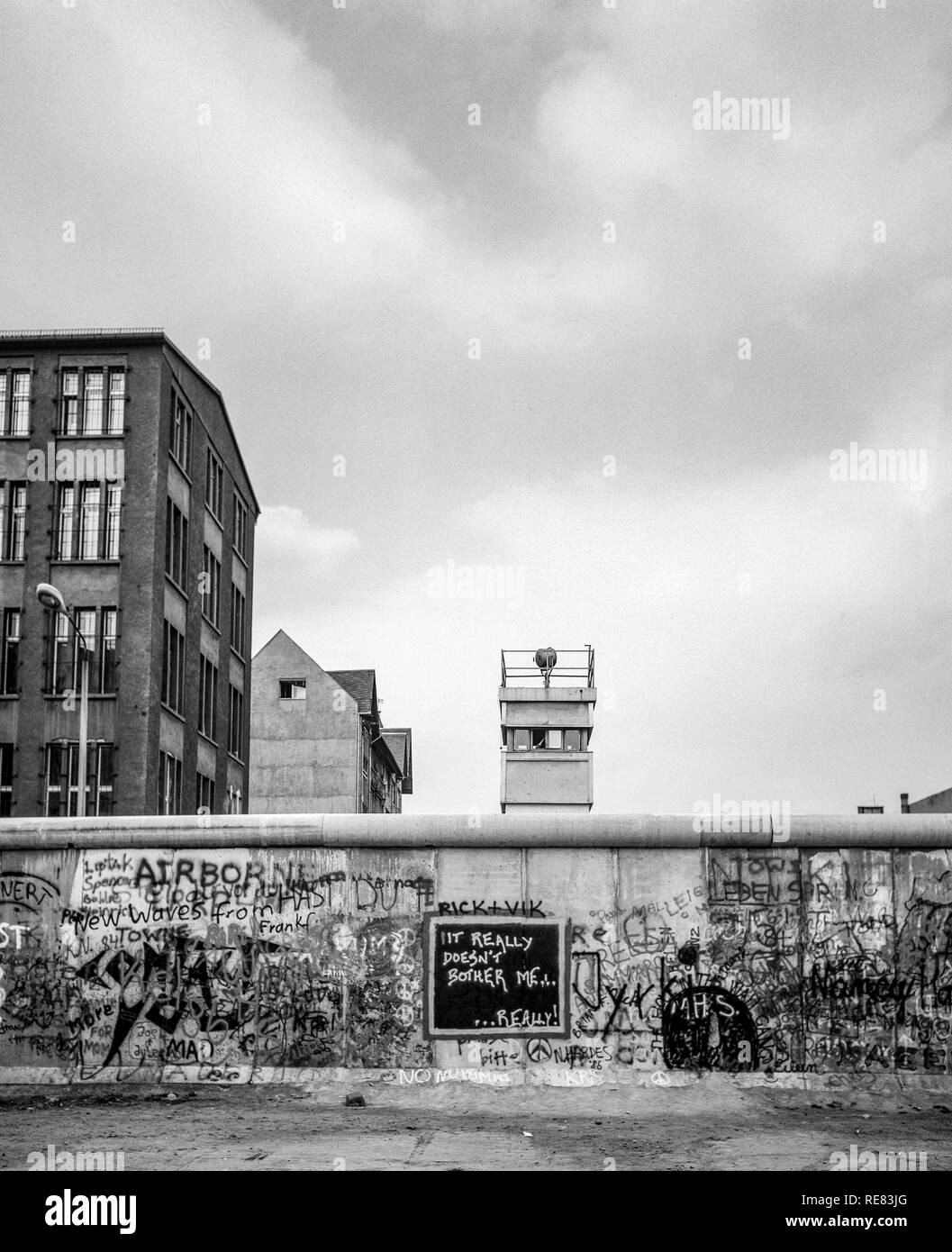 August 1986, graffitis on the Berlin Wall and East Berlin watchtower, Zimmerstrasse street, Kreuzberg, West Berlin side, Germany, Europe, - Stock Image