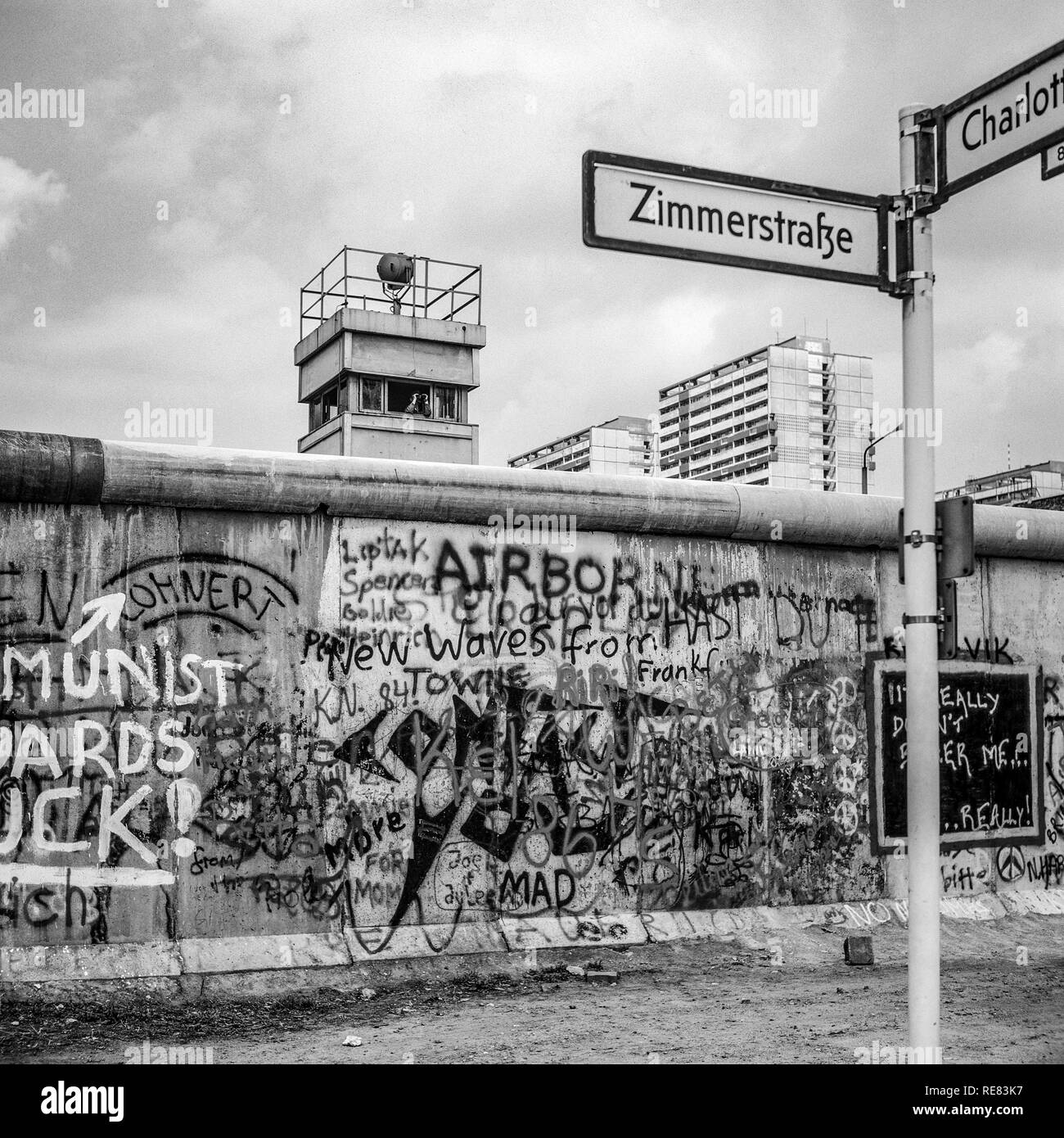 August 1986, graffitis on the Berlin Wall and East Berlin watchtower, Zimmerstrasse street sign, Kreuzberg, West Berlin side, Germany, Europe, - Stock Image