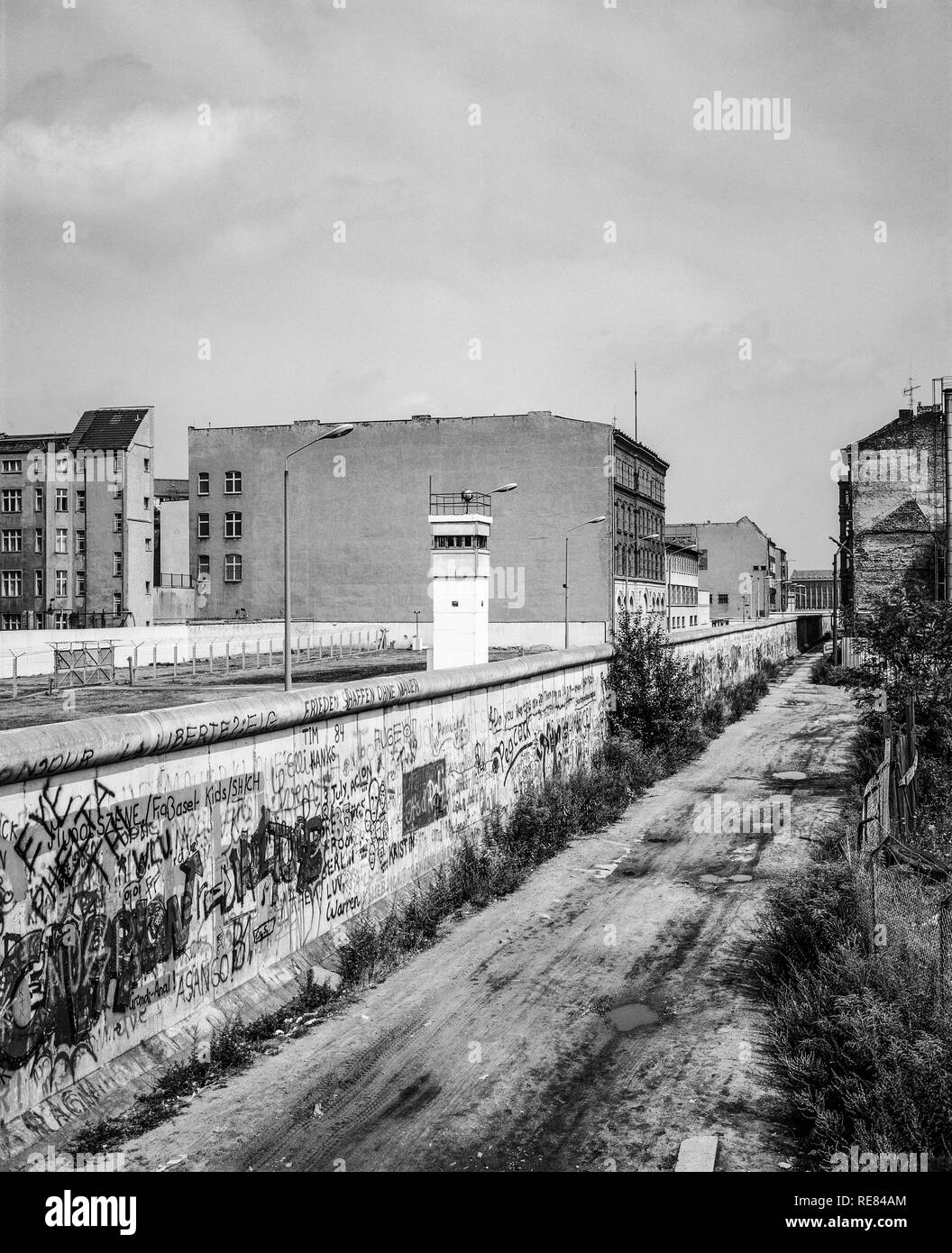 August 1986, graffitis on the Berlin Wall, East Berlin watchtower, death strip, Zimmerstrasse street, Kreuzberg, West Berlin side, Germany, Europe, - Stock Image