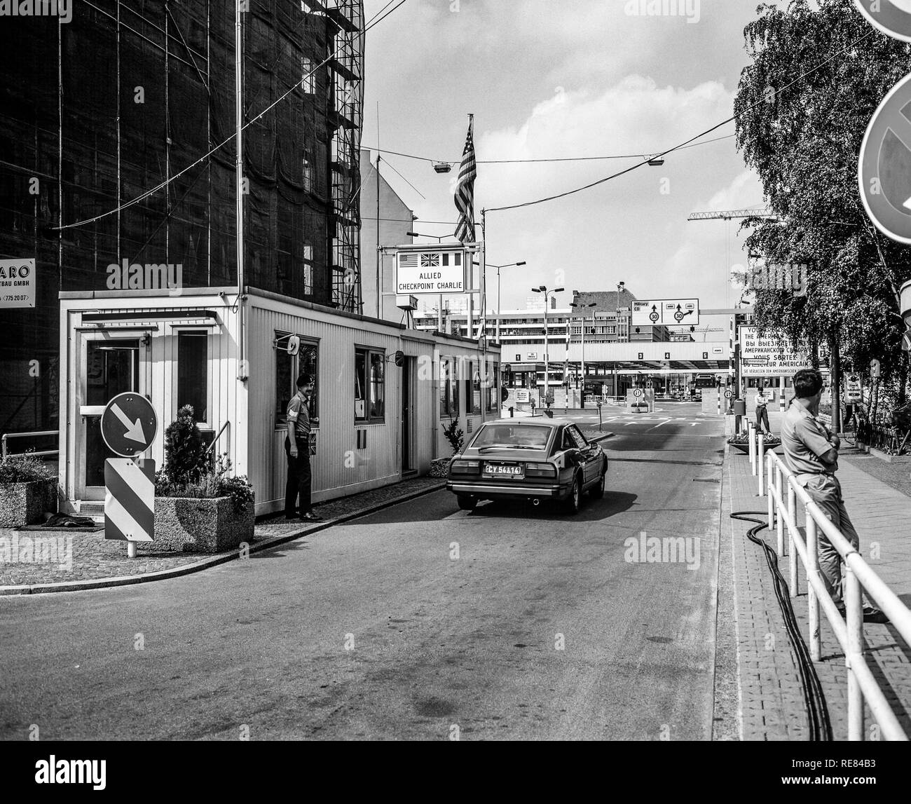 August 1986, Allied Checkpoint Charlie, British military police officer, red car, Friedrichstrasse street, Kreuzberg, West Berlin, Germany, Europe, - Stock Image