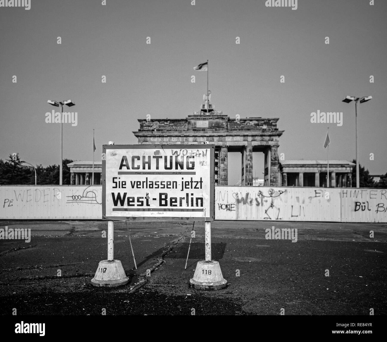 August 1986, leaving West Berlin warning sign in front of the Berlin Wall, Brandenburg Gate in East Berlin, West Berlin side, Germany, Europe, - Stock Image