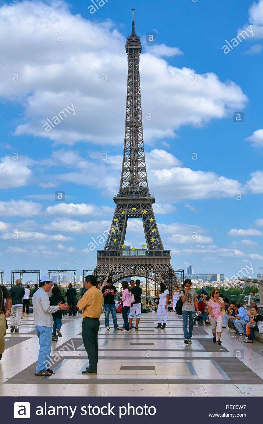Tourists on the trocadero in front of the eiffel tower in the french city of paris france europe eu - Stock Image