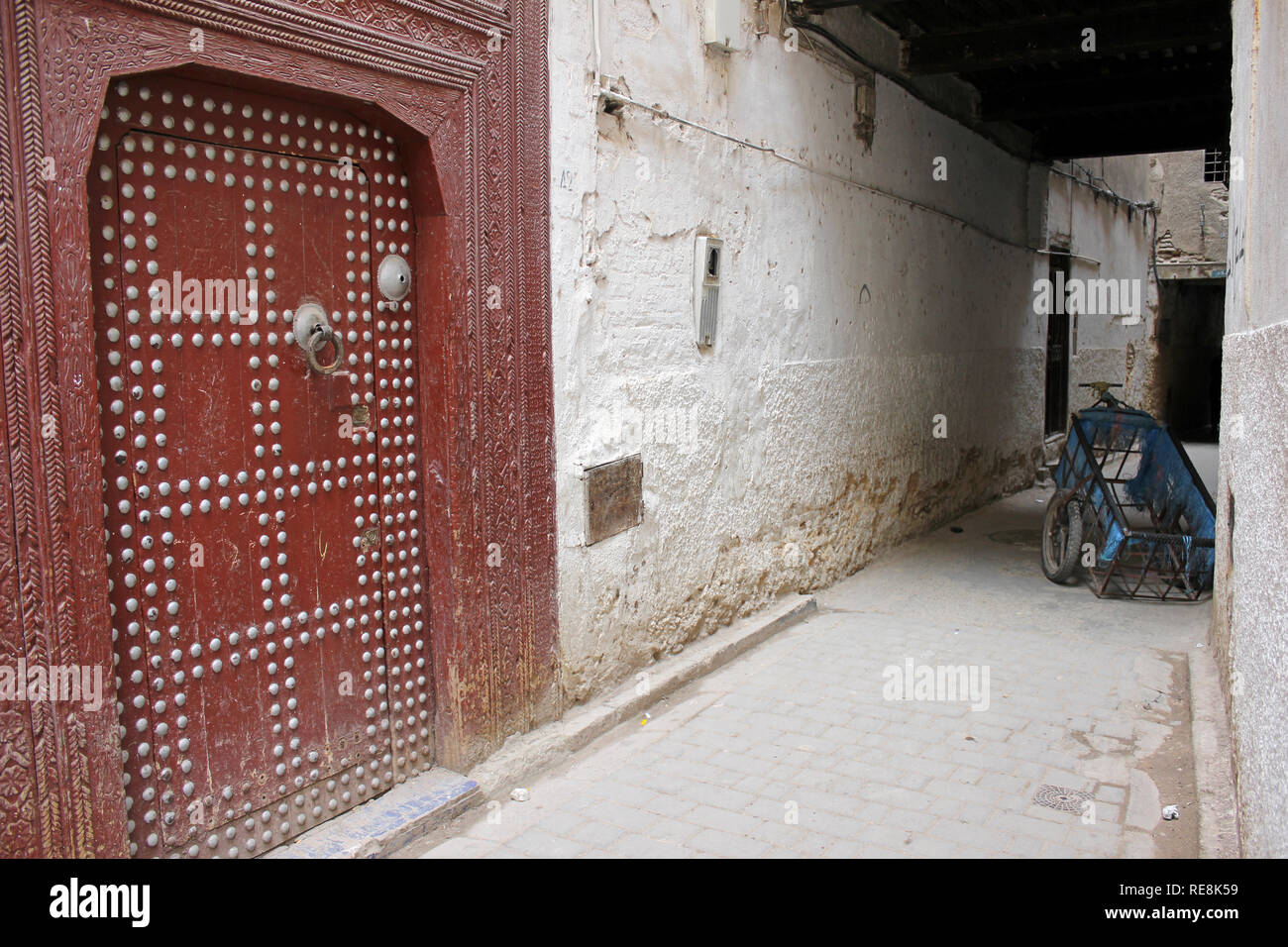 Moroccan Wooden Door And Alley in Bab Mellah: The Jewish Quarter (Fes) - Stock Image