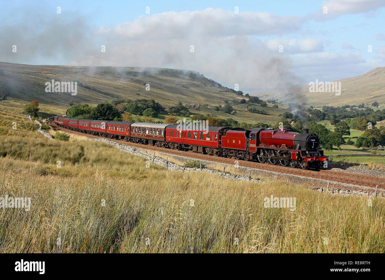 5690 heads upto Ais Gill with a Fellsman tour on the settle & Carlisle railway. - Stock Image