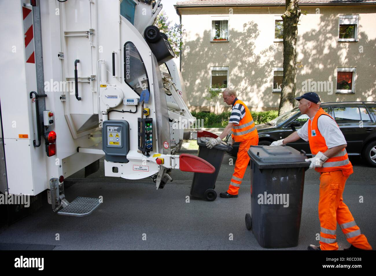 Refuse collection, rubbish bins from private households being emptied, Gelsendienste, Gelsenkirchens public utility company - Stock Image