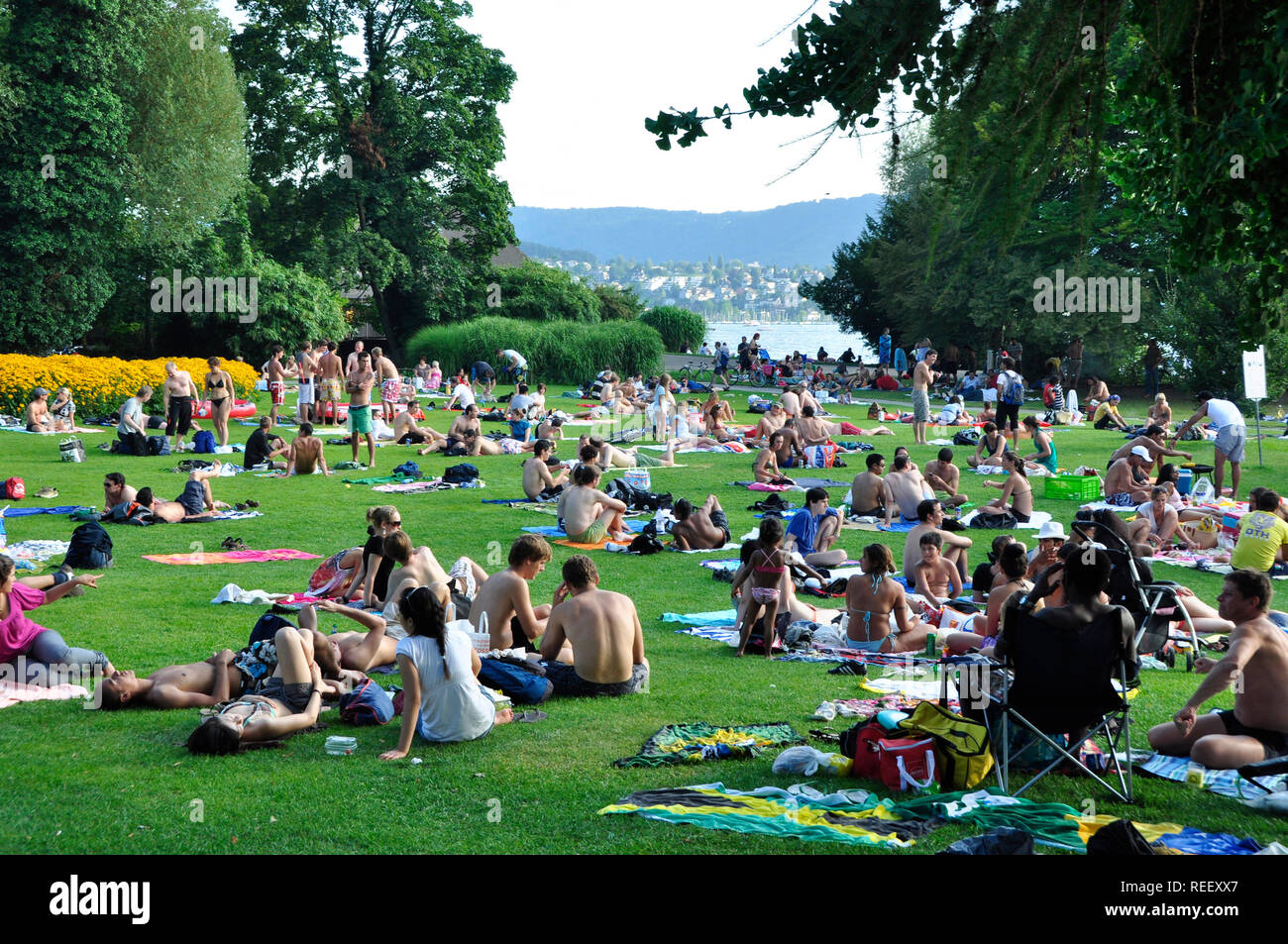 Lake Zürich: More and more Muslims and Tourists from arabic countries are visiting Switzerland for holidays and shopping. - Stock Image