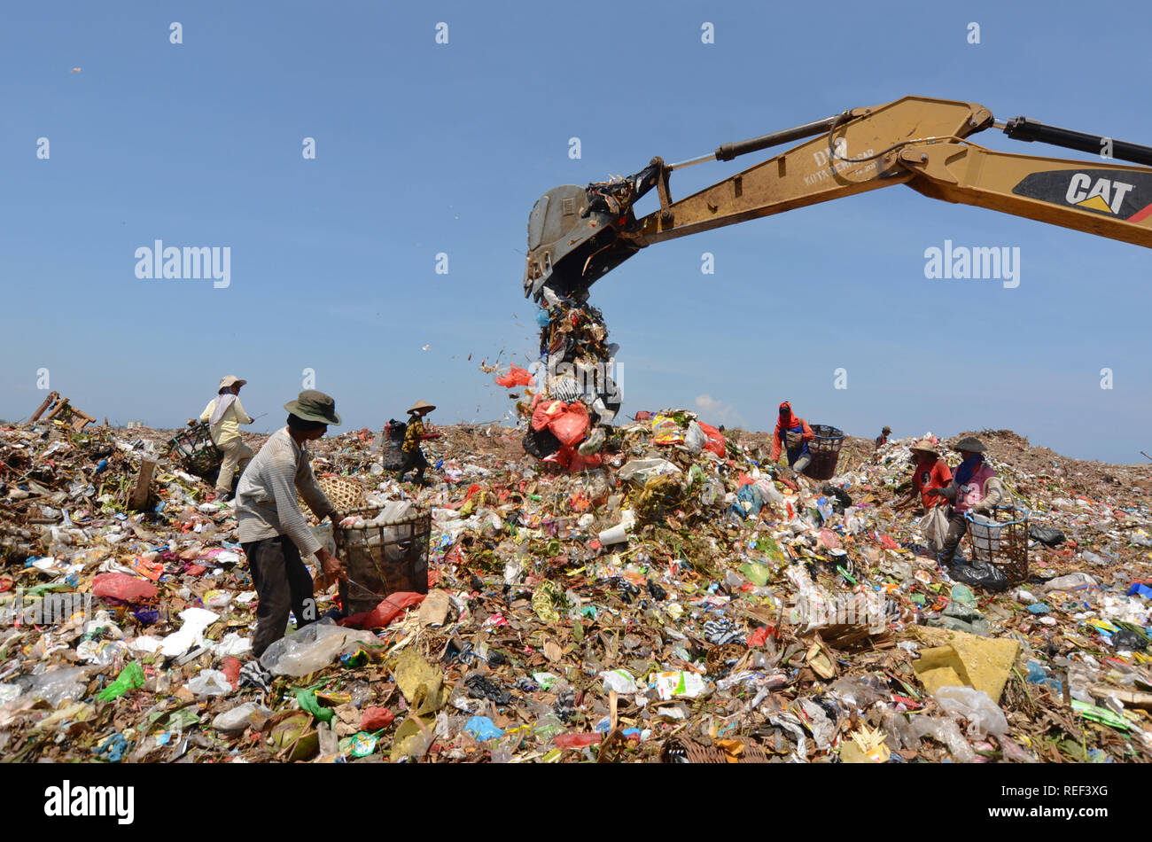 Workers collect rubbish at the landfill - Stock Image
