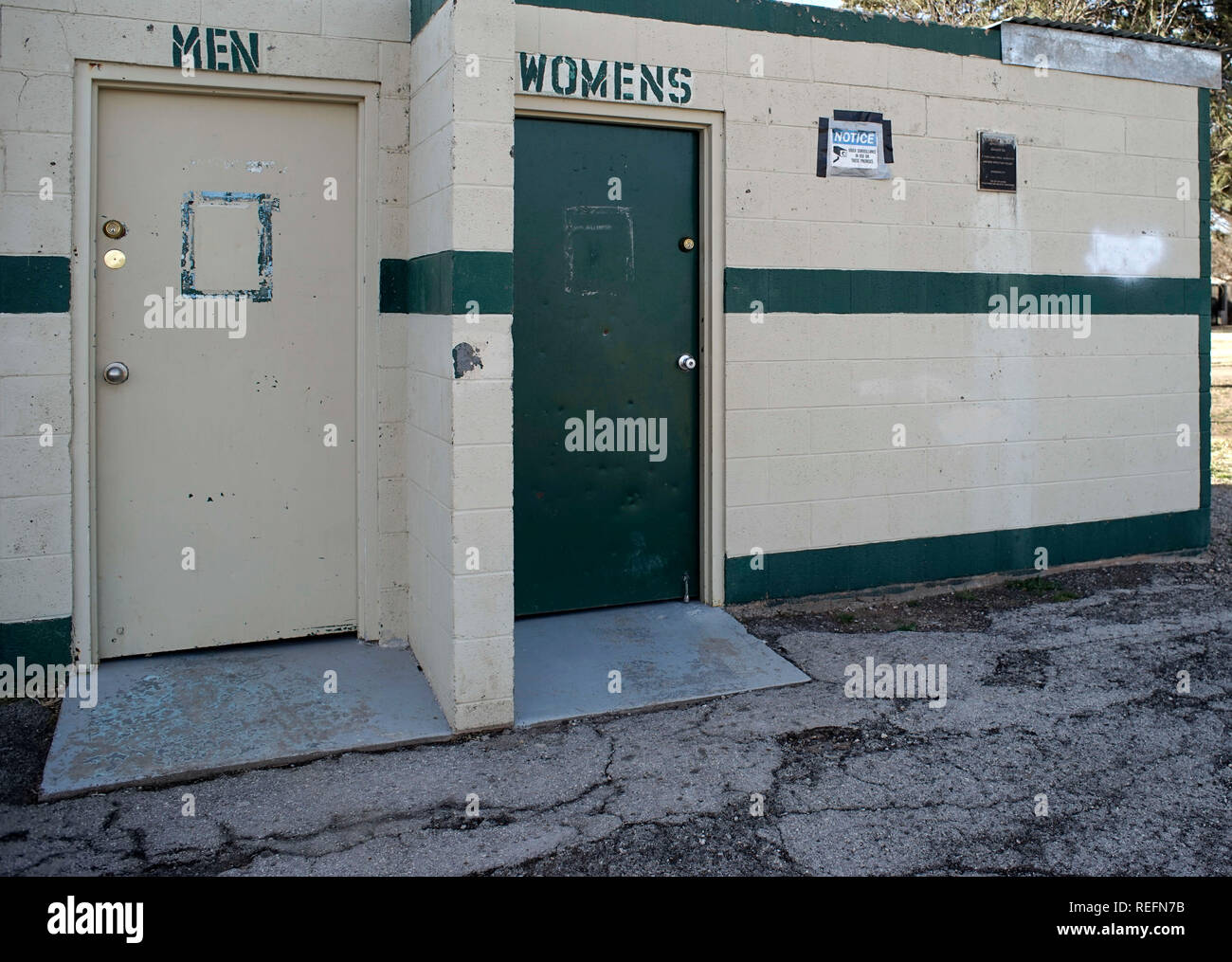 Public restrooms in Alpine, Texas, misspelling the plural of the word woman - Stock Image