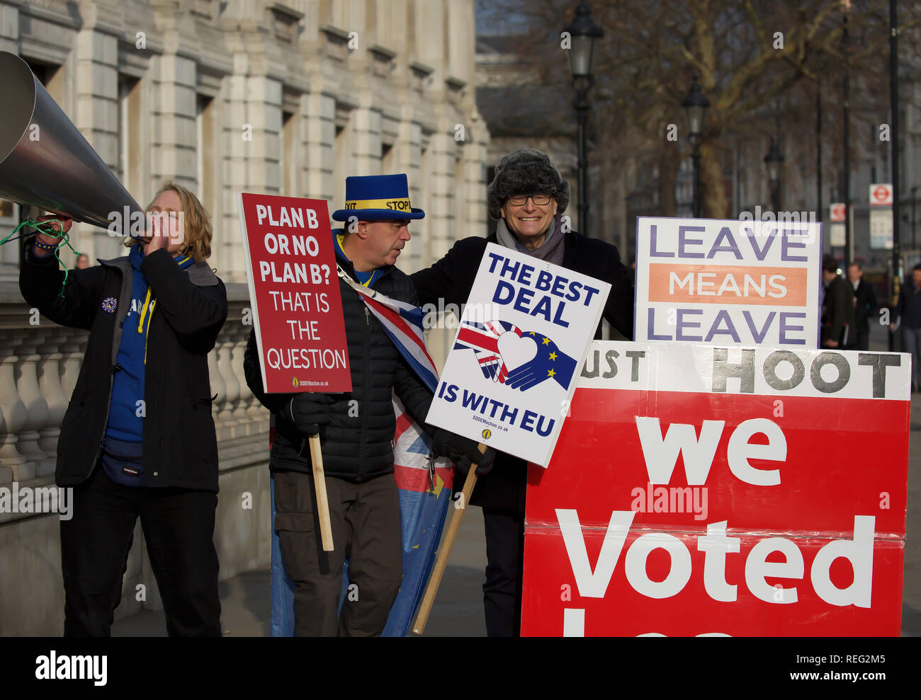 London, UK. 21st January 2019. Opposing Brexit demonstrators protest outside Downing Street. Credit: Keith Larby/Alamy Live News - Stock Image