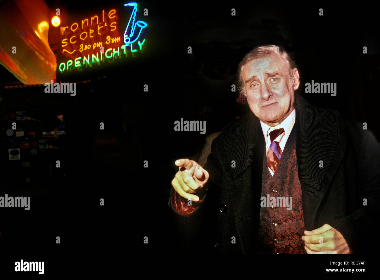 Spike Milligan outside Ronnie Scotts Jazz club 1984 Stock Photo