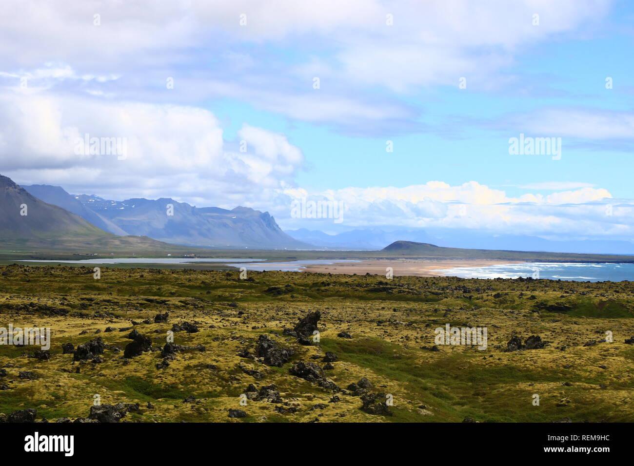 Isländische Landschaft mit Bergen, Moos und Lava in den Westfjords Stock Photo