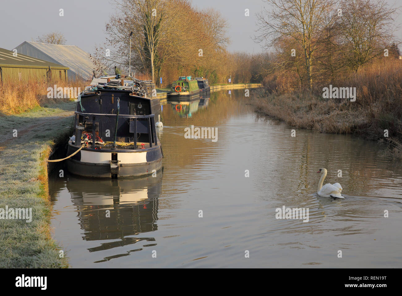 narrow boats along the oxford canal near fenny compton oxfordshire in winter - Stock Image