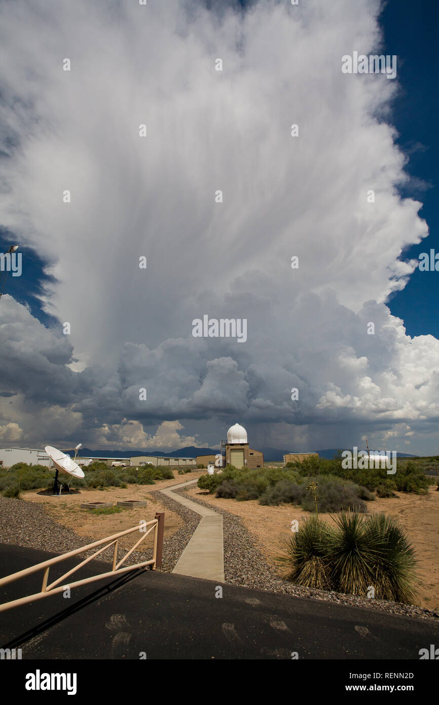 A thunderstorm with an extensive anvil cloud develops over El Paso - Stock Image