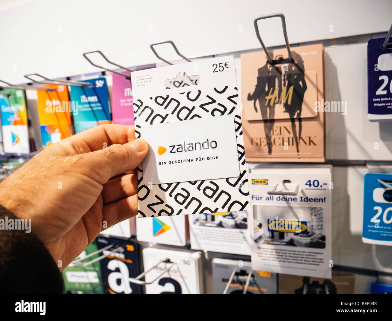 52cbcdba FRANKFURT, GERMANY - OCT 6, 2017: 50 Euro card in man hand point