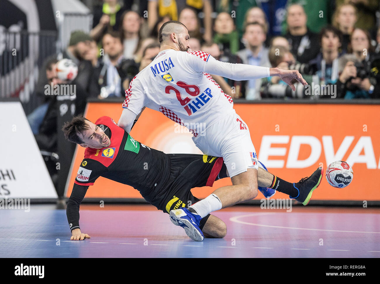 Patrick GROETZKI l. (GER) wrestling versus Zeljko MUSA (CRO), Aktion, duels, Main Round Group I, Croatia (CRO) - Germany (GER), on 21.01.2019 in Koeln / Germany. Handball World Cup 2019, from 10.01. - 27.01.2019 in Germany / Denmark. | usage worldwide Stock Photo