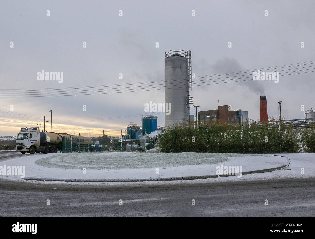 Magheralin, County Armagh, Northern, Ireland. 23rd Jan, 2019. Snow and ice made for tricky driving conditions off main roads. Milk tanker at the Glanbia cheese factory. Credit: David Hunter/Alamy Live News - Stock Image