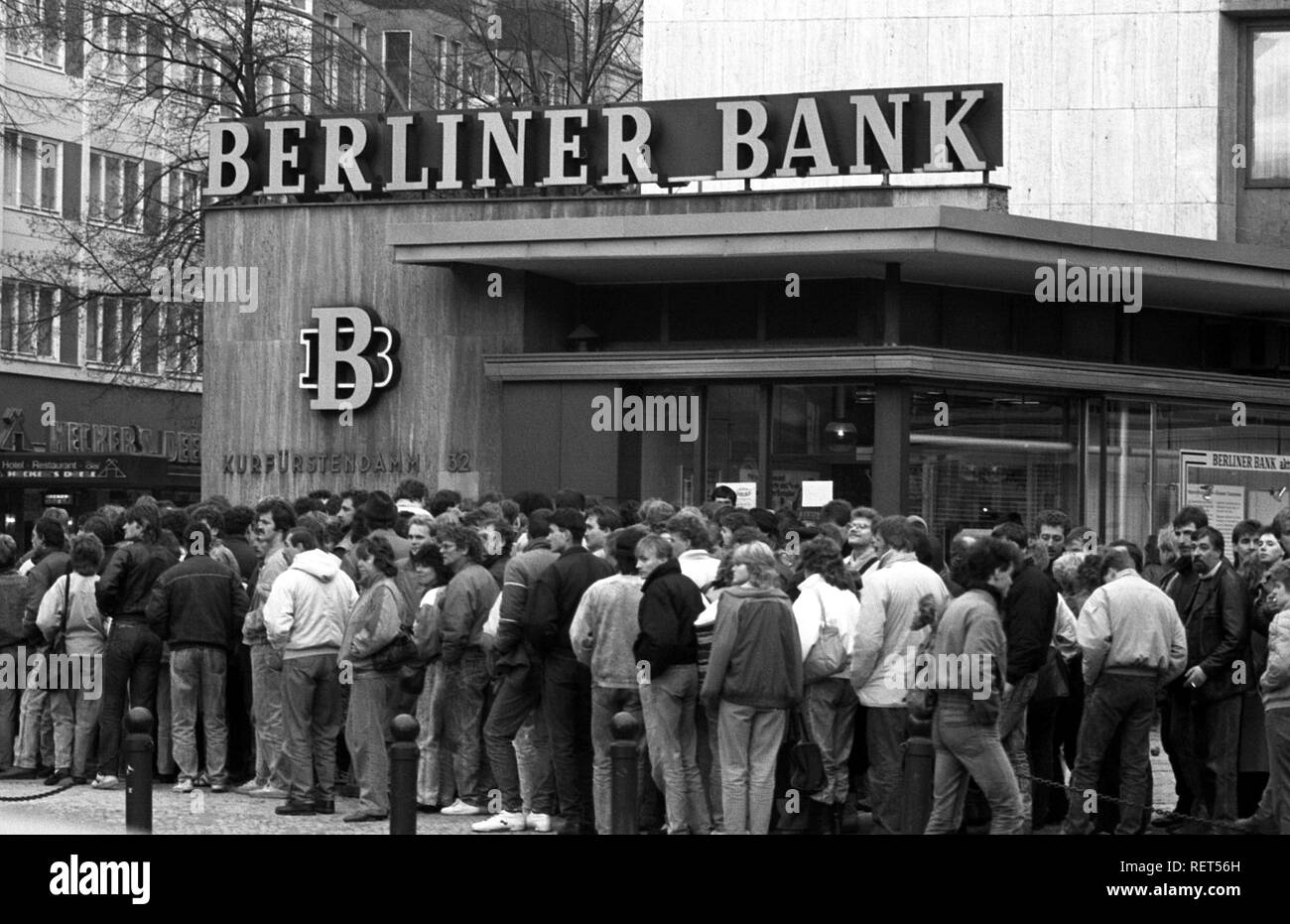 Fall of the Berlin Wall, people standing in line for the 100 DM Begruessungsgeld, welcome money, Berlin - Stock Image