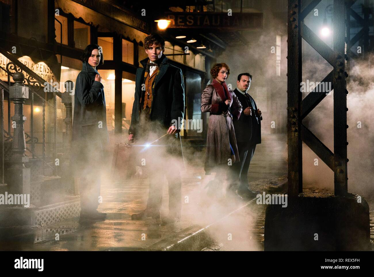 Katherine Waterston, Eddie Redmayne, Alison Sudol & Dan Fogler Film: Fantastic Beasts And Where To Find Them (UK/USA 2016)  Character(s): Porpentina Goldstein, Newt Scamander, Queenie Goldstein, Jacob Kowalski  / Literaturverfilmung (Based On The Book By J.K. Rowling) Director: David Yates 16 November 2016  SAP60962 Allstar Picture Library/WARNER BROS.  **Warning**  This Photograph is for editorial use only and is the copyright of WARNER BROS.  and/or the Photographer assigned by the Film or Production Company & can only be reproduced by publications in conjunction with the promotion of the ab - Stock Image