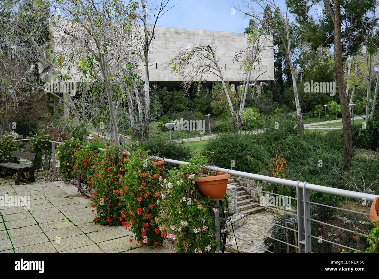 Hebrew University of Jerusalem, garden on Givat Ram Campus, with main library building in the background - Stock Image