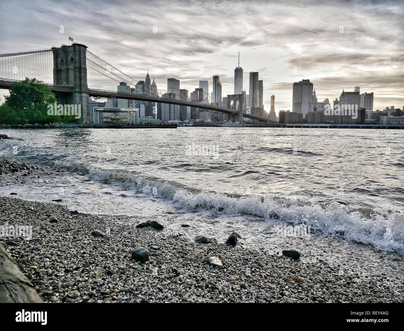Brooklyn Bridge Beach with impressive New York Skyline - Stock Image